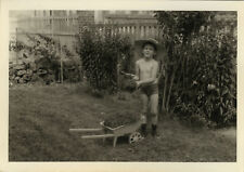 PHOTO ANCIENNE - VINTAGE SNAPSHOT - ENFANT JARDIN JARDINAGE BROUETTE - GARDEN 1