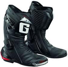 Stivali neri marca Gaerne per motociclista