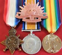 WW1 AUSTRALIAN BRITISH COMMONWEALTH MEDAL TRIO & HAT BADGE GROUP REPLICA ANZAC