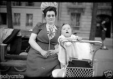 Femme chapeau & enfant bébé landau parc Paris - Ancien négatif photo an. 1940