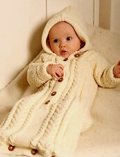 Knitting Pattern-Baby 's DK Câble à Capuche Sac De Couchage Taille 1-3 mois - 2/3 an