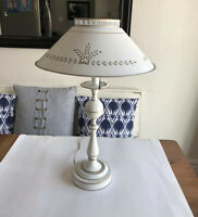 """Mid Century Vtg 23"""" Cream With Gold Accents Metal Tole Table Lamp Farmhouse"""