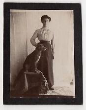 PHOTO - PORTRAIT FEMME & CHIEN ASSIS PROFIL - Robe Mode Coiffure - Vers 1900
