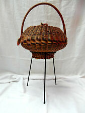 Seltener 70´s mushroom Design Nähkorb Korbgeflecht auf Dreibein Tripod 82 cm