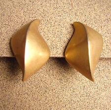 224 /  BOUCLES D'OREILLE CLIPS EN METAL DORE MAT  / SATELLITE
