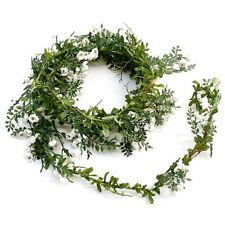 Fleurs, pétales et guirlandes vert pour le mariage