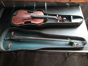 Alte antike Geige mit  Kasten und  Geigenbogen