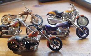 5 MOTOS / CHOPPERS HARLEY DAVIDSON CUSTOMISEES ECHELLE 1 / 18 SANS BOITE