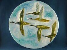 Plat signé en céramique à décor de canards en vol