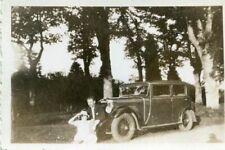 PHoto d'un beau véhicule automobile Le couple juste devant près des arbres
