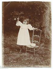 C490 Photo vintage originale snapshot Enfant Chaise robe blanche jardin