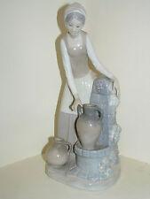Nao By Lladro Joven recogida de agua chica en la fuente #0136 Vintage