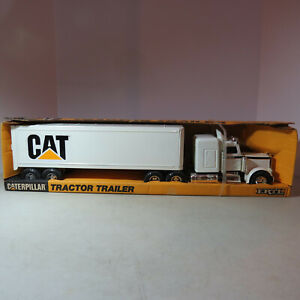 Ertl CAT Tractor Trailer w/Sleeper made USA 1/25 CAT-7710-B