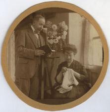 PHOTO ANCIENNE - VINTAGE SNAPSHOT - COUPLE LOISIRS LECTURE BRODERIE FLEURS -BOOK