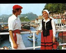 SAN SEBASTIAN (ESPAGNE) Couple en costume traditionnel au PORT en 1981