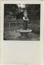 PHOTO ANCIENNE - VINTAGE SNAPSHOT - ENFANT JARDIN POT FLEURS BLAGUE GAG - CHILD