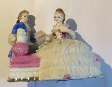 Couple avec un caniche en porcelaine sur divan