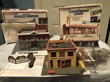 Lot of 3 Ho Scale Assembled Woodlawn Police Station 7-11 Store Loews Theatre