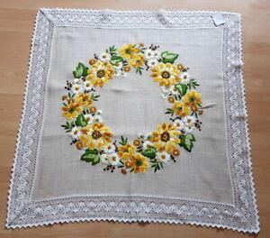 große Mitteldecke  Blumen,  gestickt, handarbeit neuwertig..