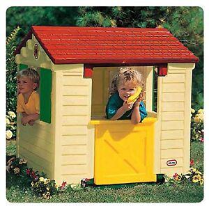 casa da giardino per bambini gioco con tavolo all'interno finestre e persiane