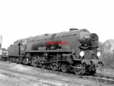 PHOTO  BULLEID 'WEST COUNTRY'LIGHT PACIFIC 34097 'HOLSWORTHY' STANDS BETWEEN THE