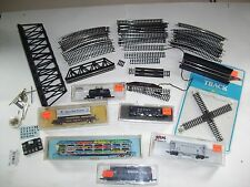 LOT OF 6 N SCALE MODEL TRAIN CARS WITH TRACKS, TRUSSES & MORE ATLAS BACHMANN