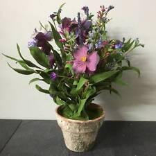 Fiori e piante finte in vaso viola per la decorazione della casa