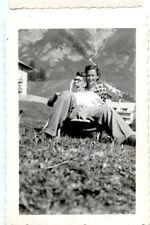 Couple homme femme chaise longue montagne - photo ancienne amateur an. 1950