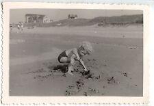 Enfant jouant dans le sable plage bord de mer -  photo ancienne an. 1950