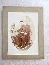 Ancienne Photographie - Homme Assis Tenant un Livre