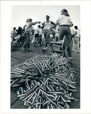 1983 Press Photo Writhing Medal Ribbons Hospital Hill Run 1980s Kansas City