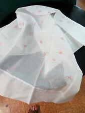 Tovaglia quadrata  in organza  cotone bianca ricamata fiori rosa  sparsi 140x140