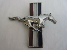Ford Mustang Emblem in rot-weiß-blau mit 2 Steckstifte für die rechte Seite