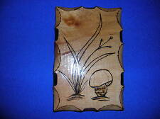 Untersetzter mit Fuss lackiertes Echtholz mit eingebranntem Pilz- und Grasmotiv