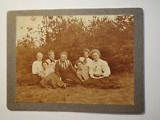 7 Frauen im Kleid mit Hut auf einer Wiese am Wald bei einer Wanderung ? / KAB