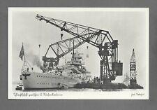 Postkarte Deutsche Kriegsmarine Schlachtschiff zwischen 2 Riesenkränen