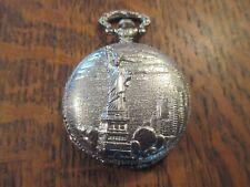 belle montre a gousset a quartz representant la statue de la liberte