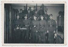 Foto Soldaten mit MG / Karabiner Gasmaske-Kaserne-Spind (8941)
