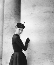 Photo ancienne, femme, 1952, modèle, robe et chapeau, poster noir et blanc