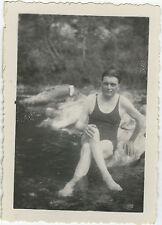 PHOTO ANCIENNE - HOMME MAILLOT DE BAIN RIVIÈRE - MAN GAY FUNNY -Vintage Snapshot