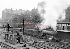 PHOTO  LNER LOCO 60101 EDINBURGH WAVERLEY RAILWAY STATION  081060 CR693