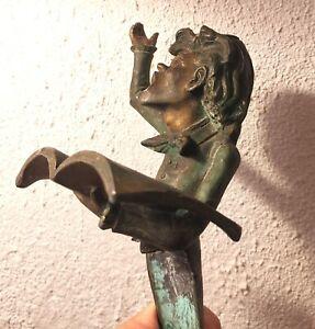 Ancien bougeoir en bronze avec buste chanteur musicien tenant une partition