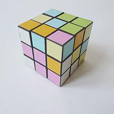 Rubik's Cube casse-tête vintage design années 70 1970 Ernő Rubik en 1974