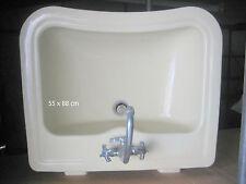 Waschbecken im  60er-Jahre-Stil mit Amaturen für Warm- und Kaltwasser