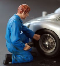 77496 American Diorama Werkstatt Team Mechanic Tony inflating tire, 1:24