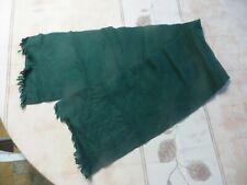 Écharpe verte avec franges  POIDS : 50 grs LONGUEUR 114 cm LARGEUR 21 cm