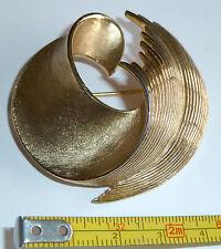 Un vintage 1950s GOLD PLATED TRIFARI spilla con un design a vortice