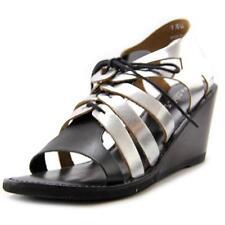 Sandali e scarpe nere indi per il mare da donna