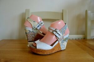 """CLARK`S """"SCENT BOTTLE"""" WHITE LEATHER/LIBERTY PRINT """"SOFTWEAR"""" WEDGE SANDALS UK4D"""