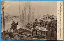CPA: Prêtres brancardiers relevant les blessés / Guerre 14-18